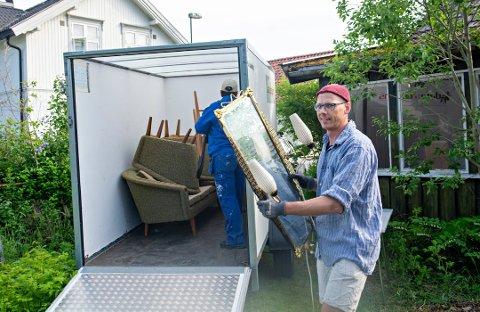 Lasse Bjørkhaug i ferd med å samle inn lopper i juni. I august ble det besluttet å avlyse årets loppemarked.