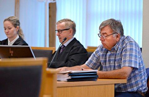 Kongsberg og Eiker tingrett har bestemt at det skal foretas en granskning av Helsehuset. Her ser vi største eier og daglig leder Svein Hagen fra rettssaken tidligere i høst, med advokatene Ragnhild Jøndal Nakling og Nils Storeng.
