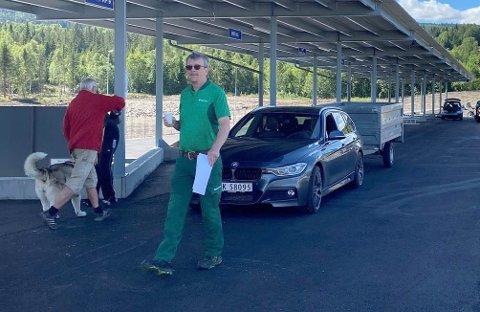 MASSE FOLK: Rollag miljøstasjon og driftsleder Dag Lislien sier miljøstasjonen har blitt veldig populær på kort tid. Her fra åpningsdagen i begynnelsen av juli.
