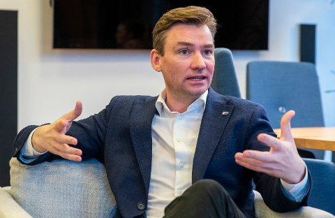 """GRATULERTE: Statsråd Henrik Asheim markerte starten for det første tilbudet i regi av """"Industripilot Kongsberg""""."""
