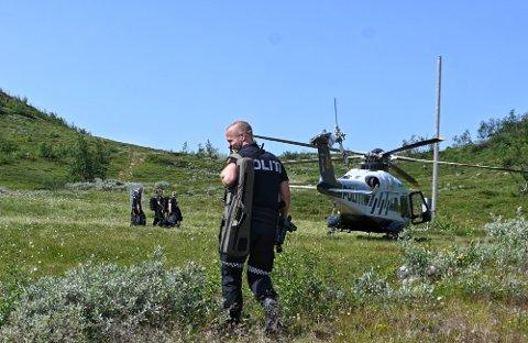 Pågrepet: En mann i 20-årene ble pågrepet av politiet etter en stor politiaksjon på Imingfjell 23. juli etter å ha gått rundt med øks og gjort stor skade på en hytte.