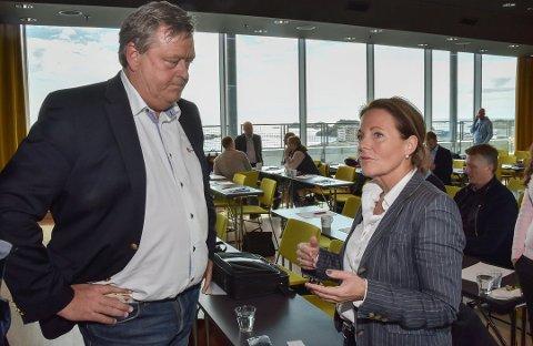 ALGEPERIODE: Line Ellingsen sammen med daværende fiskeriminister Harald Tom Nesvik mens algekrisen sto på som verst i fjor.