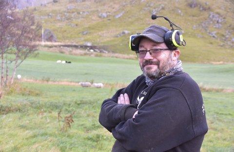 STORBONDE: Jack Lindgård (47) har 200 vinterfora sauer og 140 storfe – 50 av dem melkekyr – på gården på Vik, en gård han og kona Trude driver sammen.Foto: Eirik Eidissen