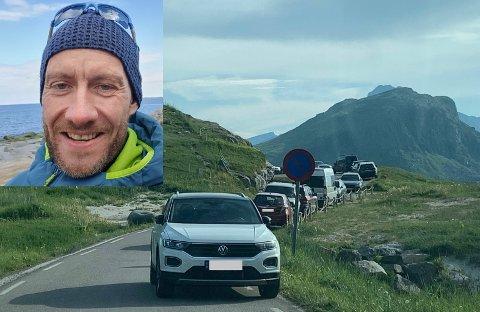 Thomas Thomassen (innfelt) syklet ut for å se bilene som sto parkert ved Hauklandstranda.