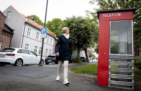 Vil verne: Bygningene til venstre i Wulfbergsgate står på listen som byantikvar Berit Kolden foreslår å verne i det nye forslaget til kulturminneplan. Telefonkiosken står også på listen over kulturminner i planen som nå ligger ute til høring.