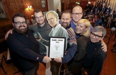 GLADE VINNERE: Fra venstre Mats Bristol, Anders Thorkiildsen, Rune Wold (i papp) Stein Anders Ege Rogstad, Leif Strømme, Ann May Aas og ordfører Hanne Tollerud.
