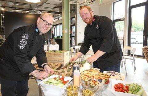NY DUO: Patrik Schöning og Stian Moen har startet mesterbedriften Skikkelig Catering sammen. Her fra lunsjen de lagde på Verket denne uken.