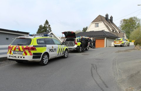 STORE STYRKER: Fire politibiler, to av dem hundepatruljer, gjorde søk i området torsdag.
