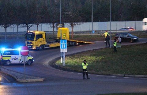 HADDE FLAKS: Ingen skal ha kommet til skade da en bil traff autovernet ved påkjøringen til E6 ved Mosseporten søndag ettermiddag.