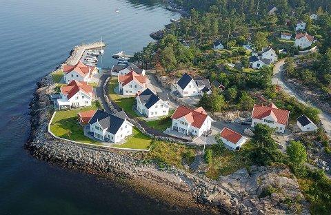Eneboligene i Bryggeveien fikk nylig avslag på ferdigattest. Striden står om en gangsti som skulle vært anlagt langs sjøkanten. Boligene har en pris på rundt 12-13 millioner kroner per stykk.