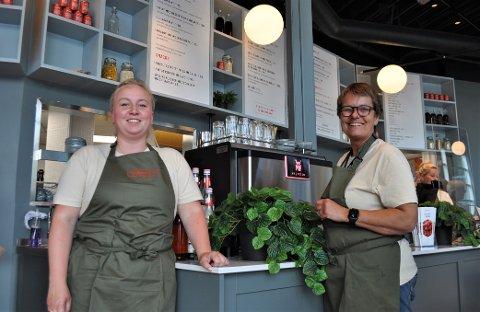 «NY» KAFÉ: Veronica R. Andersen og daglig leder Ann Karin Pettersen synes det er stas og litt uvant at de har fått «ny» kafé etter at Jordbærpikene har hatt en betydelig ombygging.