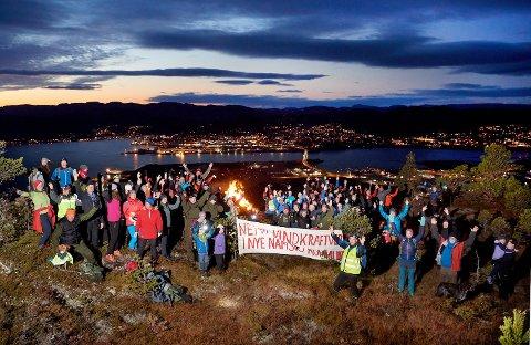 VARDER MOT VINDKRAFT: Rundt om i Namdalen og Norge blir det tent godt over 100 varder torsdag kveld. Årsaken er å vise sin motstand til vindkraft. Her fra fjorårets markering på Spillumsaksla i Namsos.