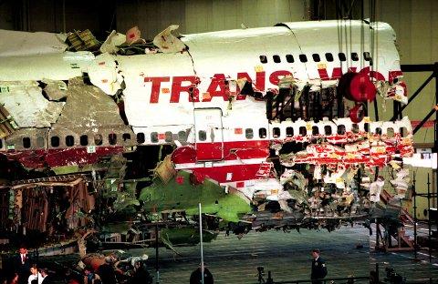 Tragedie: Nesten alle deler av flyvraket ble funnet, og det ble satt sammen igjen i en hangar i New York. Etterforskningen tok fire år.