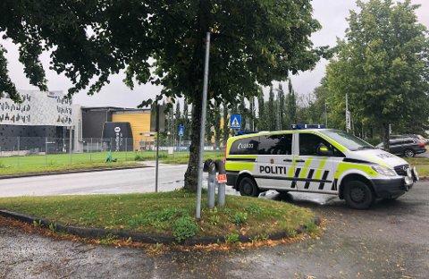 På Lerkendal har en elsparkesyklist og en bil hatt et sammenstøt. Politi og ambulanse er på stedet.