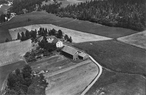 Bogerud gård i 1950. Grensa mot Bøler følger veien til venstre i bildet, dreide rundt tunet og stakk østover fra våningshuset. Gårdsveien til Langerud i forgrunnen. Foto: Oslo Museum