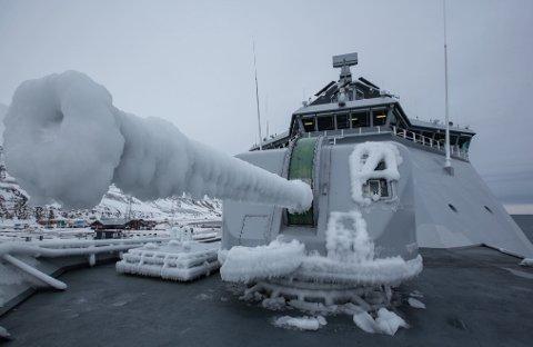 NEDISET: KV Svalbards svenske Bofors 57mm godt nediset. Ifølge skipssjefen er ikke dette noe problem da isen lar seg lett fjerne.