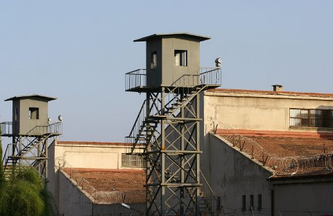 FENGSLET: Tromsømannen som er siktet for narkokriminalitet i Tyrkia, sitter i varetekt i fengselet i Antalya på såkalt sikkerhetsnivå L. Her er fengselet avbildet i 2007.