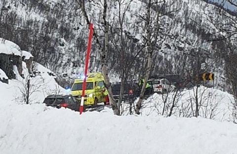 LETTERE SKADET: En kvinne ble hentet av ambulanse etter kollisjonen like nord for Sjøtun på Kvaløya.