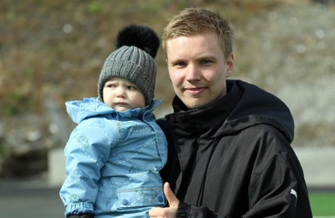 HJEMMEHELT: Tobias Schjetne med sønnen Noah (1,5) på armen etter å ha sikret tre poeng for Fløya i toppkampen mot Frigg.