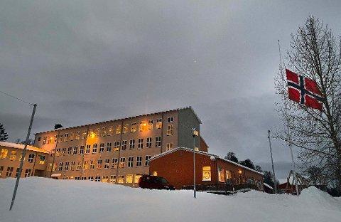 Borgtun skole flagger på halv stang tirsdag formiddag.