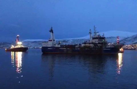 до свидания: Torsdag ettermiddag sa den utbrente russiske tråleren «do svidanija» - farvel - til kai 20, Breivika og Tromsø. Foto: Are Medby