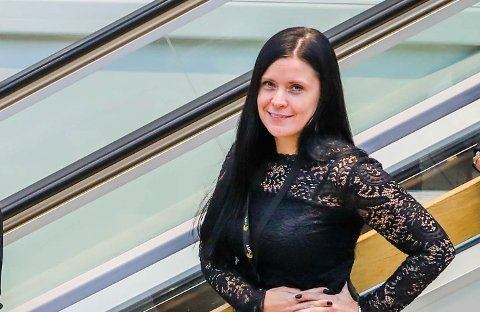 GLAD SENTERLEDER: Elisabeth Karlsen ved Pyramiden er glad for at kjøpesenteret snart også kan tilby et stort utvalg elektronikk.