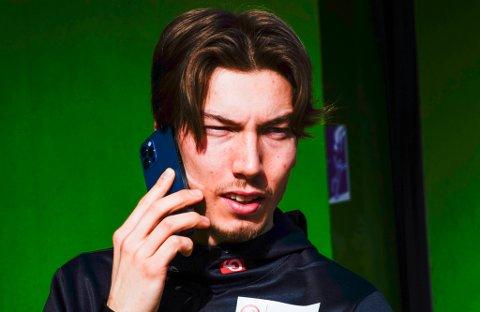 HEKTISK: Onsdag morgen hadde telefonen til Johann André Forfang «gått varm» i VM-byen Oberstdorf. Koronatilfellet til Norges beste hopper Halvor Egner Granerud åpner VM-døren for tromsøværingen.