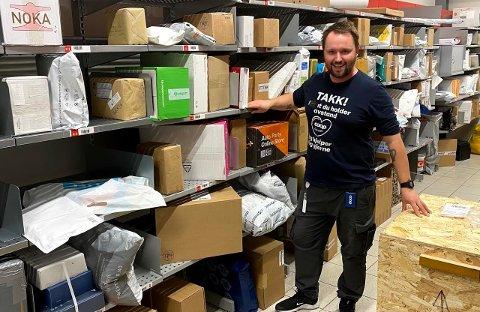 PAKKEBONANZA: Det var ventet ekstreme mengder med pakker i 2020. Butikksjef Christian Aspelund hos Coop Extra Nordsileiret i Steinkjer skryter av kundene som har hentet pakker raskere enn før.