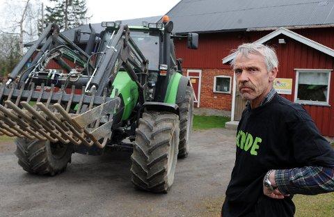 FRITTGÅENDE: Stian Pettersbakken har frittgående høns, og mener det er både positive og negative sider ved det.