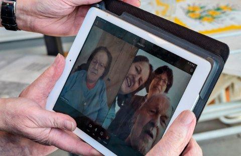 NETTDATE: - Hei, kjæresten min, sier Ruth (92) og Arvid (94) Glimsdal til hverandre når koronasituasjonen gjør at de må stevnemøter på nettet framfor fysisk på sykehjemmet.