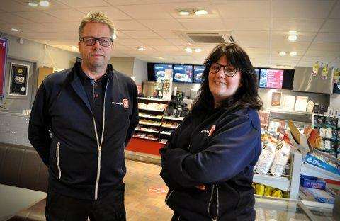 SELGER: Olav og Elisabeth Øraker har bestemt seg for å selge bensinstasjonen de har drevet i 20 år. Det var ingen enkel avgjørelse å ta.