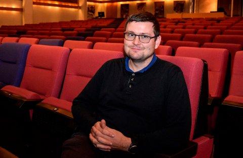 COLOSSEUM: Stolene i kultursalen i Hov ble arvet fra Colosseum kino for snart 30 år siden. Kultursjef Sander Willassen mener de er overmodne for utskifting.