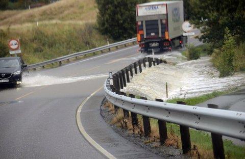 Mye vann: Vann fra Tveteneåsen og Fritzøe golfbane flommet over Stavernsveien og ned i boligfeltet på Rødberg da Petra slo til 17. september.Arkivfoto: Bjørn-Tore Sandbrekkene