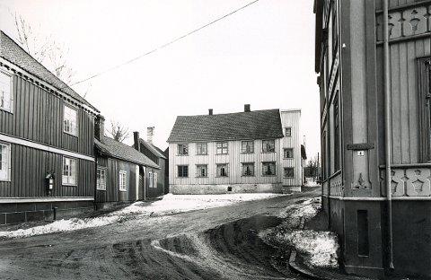DRONNINGENSGATE:  Dronningensgate 1 slik huset og dets omgivelser framsto til sist i 1930-åra. Til venstre litt av den såkalte Smithegården, se også under Kirkestredet.