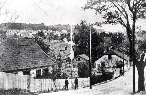 KRUTTHUSBAKKEN var før 1905 en del av den gamle Stavernsveien. Bildet er trolig tatt like før omleggingen.