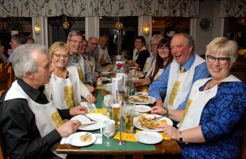 Tradisjon: Gjengen på 12 kommer år etter år. - Dette er årets kulinariske høydepunkt, mener Ingeborg Kristiansen (til høyre). Her sammen med (f.v) Egil Haugen, Ingeborg Reppe, Anders Samnøy, Gunlaug Kroken, og Nils Kristiansen.