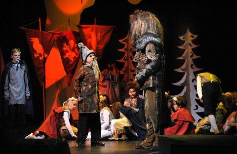 Larvik Barne- og ungdomsteater tar oss med inn i en eventyrverden med underlige skapninger i forestillingen Narnia.
