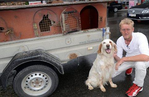 TOMT BUR: Leon forsvant fra buret sitt til høyre på hengeren, forteller eier Frode Dahl, her med en av sine andre hunder.
