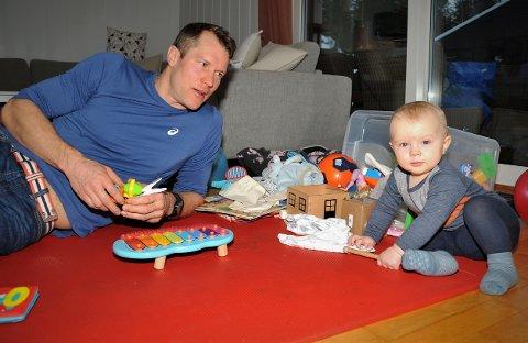 I PAPPAPERM: Håvard Hansen er hjemme med sønnen Olve (11 måneder), og nyter dagene med den aktive krabaten. Men to kvelder i uka, og én dag i løpet av helgen trener han knallhardt for å være klar til vinterens langløp.
