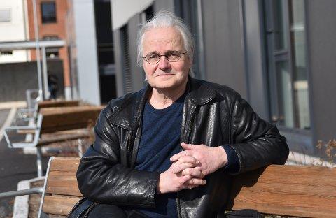 SOLA ER TILBAKE: Kommuneoverlege Knut Skulberg sier  at selv om sola er nydelig nå, så gjør den ikke smittevernreglene lettere. – Folk må fortsatt være forsiktige og tenke smittevern.