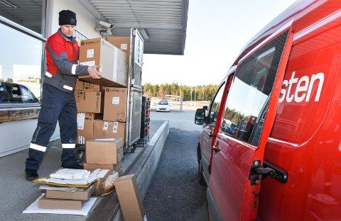 TIL RENA: Vidar Halvorstuen fyller bilen med pakker til Rena leir og sentrum. Han merker at det er andre typer pakker enn før korona.