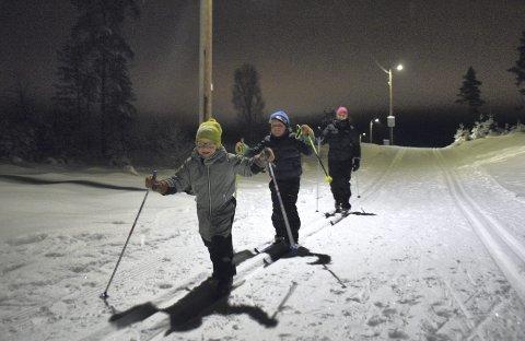 I FARTA: Det viktigste er å ha det gøy i skisporet, mener Trym (4), Brage (6) og mamma Stine Hillestad Borud (36) fra Elverum. Og det har virkelig denne gjengen!