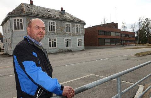 SELGES: – Det har alt vært noen interessenter på tråden, sier Per Håvard Tomterstad ved teknisk etat i Våler kommune. Det handler å bygget Bjørke. Til høyre ser vi administrasjonsbygget til Våler kommune.