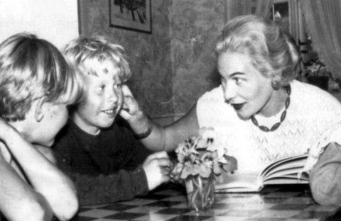 Fotominne fra Eidenebok: Mai Lindegård Solem er her med et par av guttene på Eidene. Bildet er hentet fra «Historien om Eidene av Bjørn Hansen, utgitt av Røde Kors i 2005.