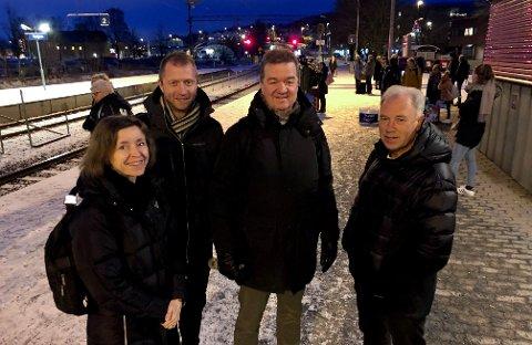VALGTE TOGET: Brynjar Hagen (t.h.), Bjørnar Hansen, Stian Watn og Rebekka Øvre-Eide, alle ansatte i Skagerak, sa toget var et enkelt valg til Sandefjord tirsdag morgen.