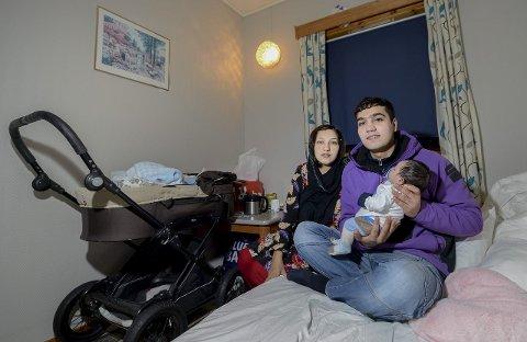 Håper:  De nybakte foreldrene Salim  (22)  og  Mawloda (21) håper sønnen Hegrat,  født på Helgelandssykehuset  Mo  i Rana, har ei trygg framtid i vente. foto: øyvind bratt