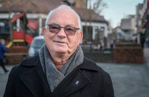 Øystein Strømnes bærer med glede den blå sløyfen på jakkekragen for å øke oppmerksomheten om prostatakreft. Selv fikk 78-åringen påvist prostatakreft i 2010, og er frisk i dag.