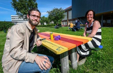 Lunch i Jernbaneparken for Brian Hansen og Lena Karin Frøysa.