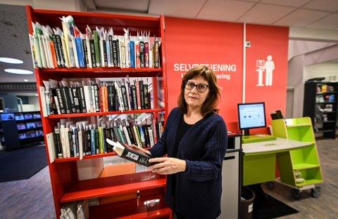 Biblioteksjef Ine Kristensen forteller om planene om et selvbetjent bibliotek.
