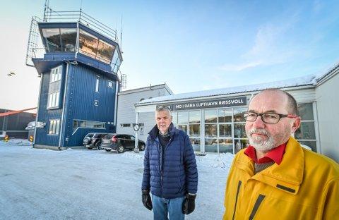 Geir Gisnås (foran) og Arly Hjulstad er verken fornøyd med måten Widerøe eller Avinor har håndtert henvendelsene fra reisefølget deres som på vei hjem fra Afrika brått fikk kansellert flyturen fra Trondheim til Mo i Rana. De måtte selv leie bil for å komme seg videre.